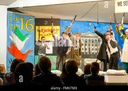 """Schulkinder in Dungloe, County Donegal, Irland führen ein Theaterstück mit dem Titel """"Erinnerung an Ostern 1916"""" - Stockfoto"""