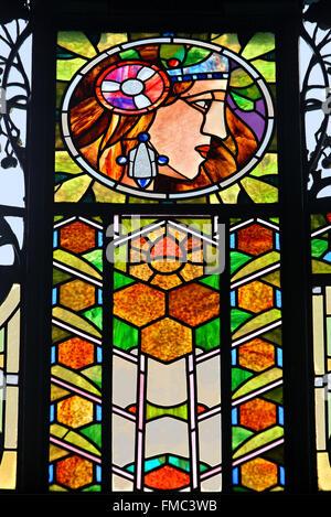 Glasfenster von Alfons Mucha im Gemeindehaus, Prag, Tschechische Republik. - Stockfoto