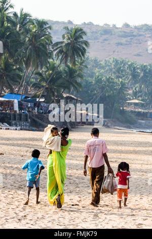 Lokalen indischen Familie am Strand von Anjuna Strand Anjuna Markttag, Hippie, Hippie, Goa, Indien, Asien, - Stockfoto