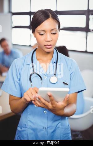 Ärztin mit digital-Tablette im Konferenzraum - Stockfoto