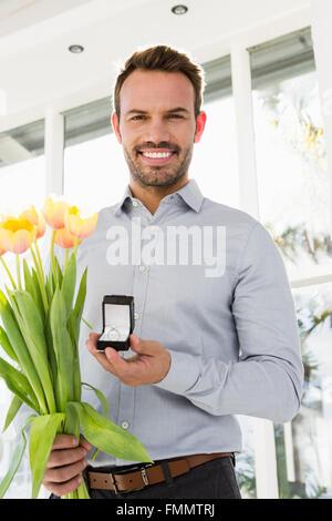 Glücklich Jüngling mit Verlobungsring - Stockfoto