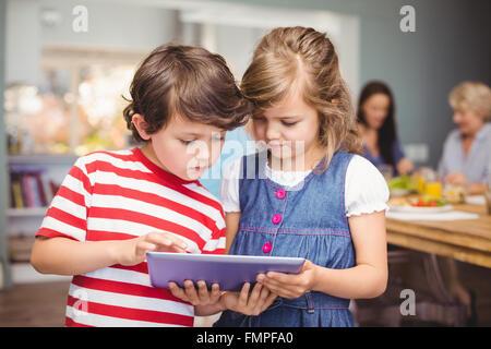 Bruder und Schwester mit digital-Tablette - Stockfoto
