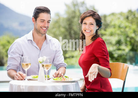 Porträt von lächelnden Frau mit Verlobungsring - Stockfoto
