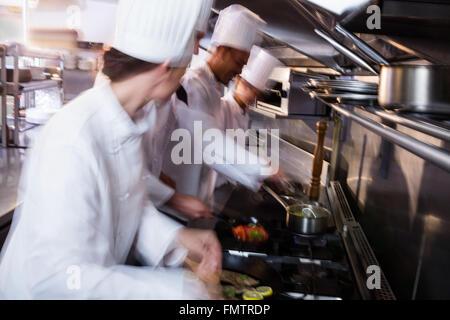 Fisch in einer Pfanne braten Koch - Stockfoto