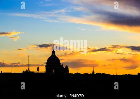Kuppel von St. Peter Dom Silhouette am Horizont bei Sonnenuntergang gesehen von Villa Medici oberhalb der spanischen - Stockfoto