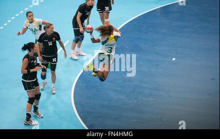 Womens Handball in Kupfer-Box Arena bei Olympischen Spielen in London 2012, England, UK, Europe.Brazil in weiß gewann - Stockfoto