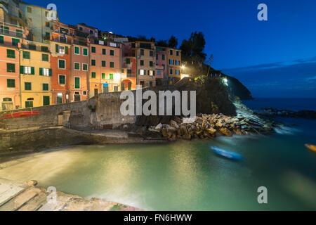 Riomaggiore in der Nacht. Es ist eines der bunten Dörfern der Cinque Terre in Italien, zwischen Meer und land - Stockfoto