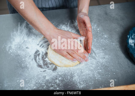 Draufsicht der Mannhände machen Teig auf dem Tisch - Stockfoto