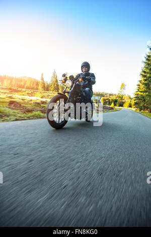 Motorradfahrer fahren Chopper auf einer Straße - Stockfoto