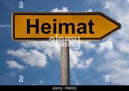 Detail-Foto von einem Wegweiser mit dem deutschen Titel Heimat (Heimat) - Stockfoto