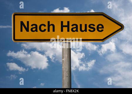 Detail-Foto von einem Wegweiser mit dem deutschen Titel Nach Hause (Heim) - Stockfoto