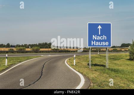 Straßenschild mit dem deutschen Titel Nach Hause (Heim) auf der deutschen Autobahn (Autobahn), Deutschland, Europa - Stockfoto