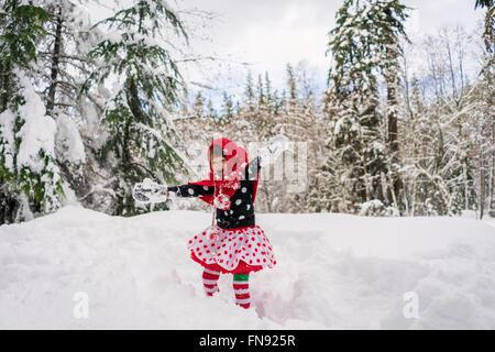 Mädchen im Schnee Herumspielen - Stockfoto