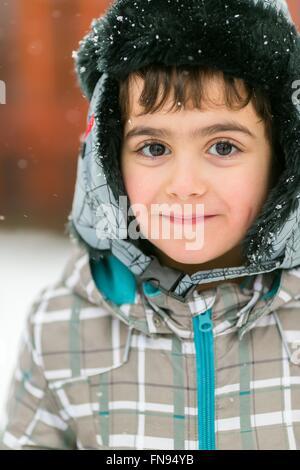 Portrait eines lächelnden jungen in warme Kleidung - Stockfoto