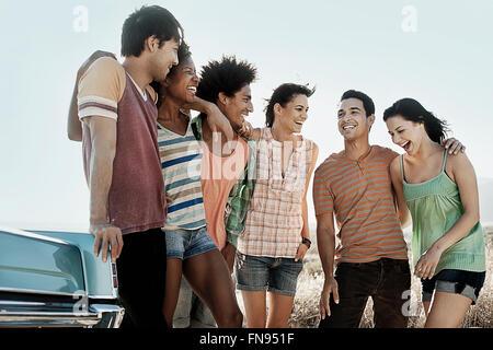 Eine Gruppe von Freunden, Männer und Frauen auf offener Straße, gehen und sprechen. - Stockfoto