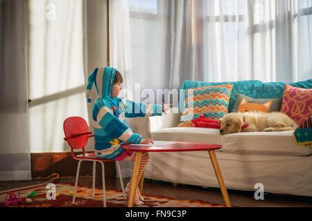 Junges Mädchen vorgibt, einen herrschsüchtigen Lehrer, golden Retriever Welpe Hund - Stockfoto