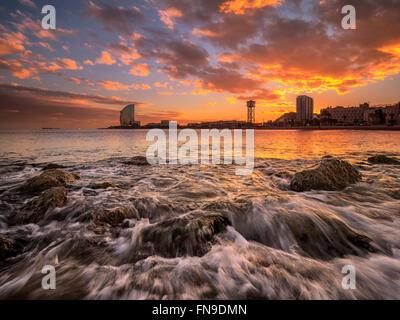 Skyline der Stadt vom Strand, Barcelona, Katalonien, Spanien gesehen - Stockfoto