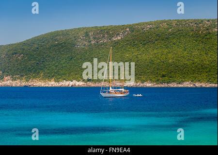 Segelyacht vor Anker in der Bucht von Adria - Stockfoto