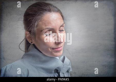 Porträt einer Frau, die in Gedanken versunken - Stockfoto