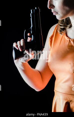 Junge Frau mit einer Pistole - Stockfoto