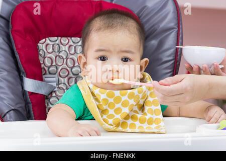 Mutter füttert ihr Kind - Stockfoto