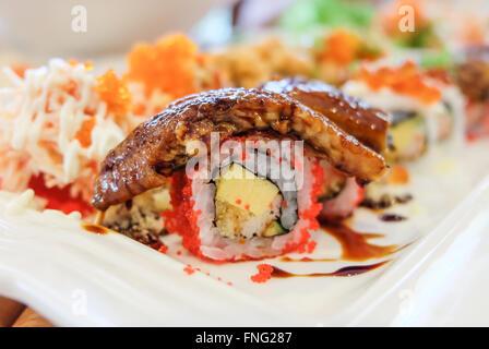 Sushi-Set; Sushi roll mit Lachs und geräucherter Aal Stockfoto