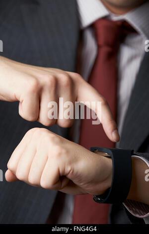 Nahaufnahme von Geschäftsmann mit Smart Watch - Stockfoto