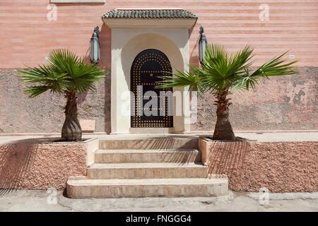 Dekoriert mit Palmen in Marrakesch, Marokko marokkanische Tür - Stockfoto