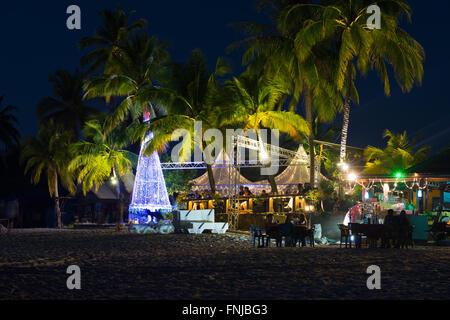 Weihnachtsbaum in der Nacht auf Cenang Beach, Langkawi - Stockfoto