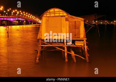 Dong Hoi Bridge bei Nacht - Vietnam