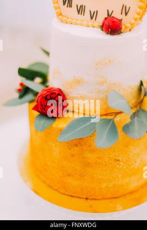Hochzeitstorte dekoriert mit Uhren und Blumen hautnah - Stockfoto