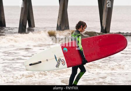 Ostküste Surfer zu Fuß Strand mit Surfbrett - Stockfoto