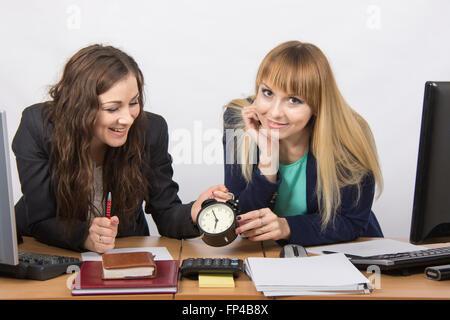Zwei Mädchen im Büro gerne warten auf das Ende des Arbeitstages - Stockfoto