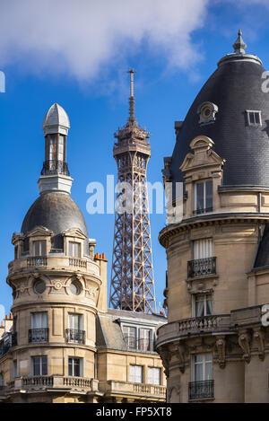Oben auf dem Eiffelturm eingerahmt zwischen den Türmen der umliegenden Gebäude im 16. Arrondissement. Paris, Frankreich - Stockfoto