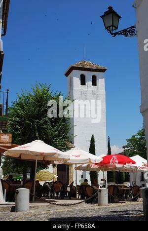 Kirche San Miguel in San Miguel Bajo Plaza de San Miguel Bajo mit Straßencafés in den Vordergrund, Granada, Spanien. - Stockfoto