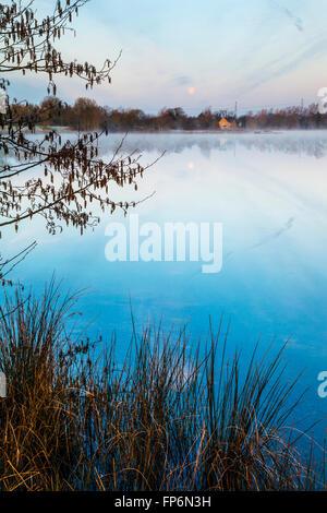 Einem frostigen Wintermorgen auf einem der Seen im Cotswold Water Park