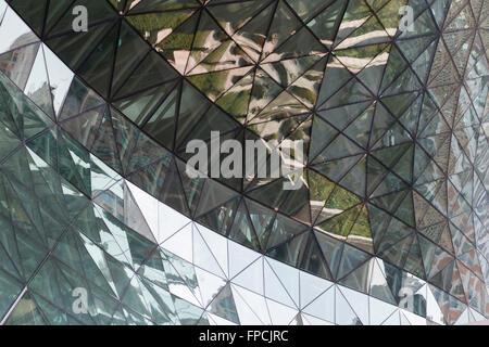 Teil des neuen Rathauses, Seoul, betrachtet Gebäude hautnah die reflektierende Qualität des Gebäudes. - Stockfoto