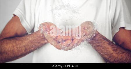 Nahaufnahme behaarte Mann weiß Hemd fangen Wasser mit seinen bloßen Händen. - Stockfoto