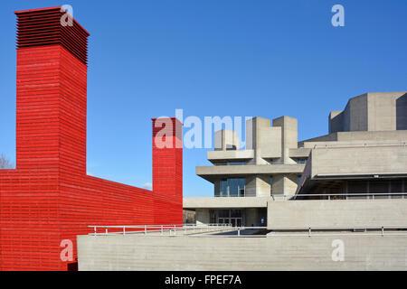 Das Red Shed Temporary Theatre stand im Gegensatz zur brutalistischen Betonarchitektur des ursprünglichen National - Stockfoto