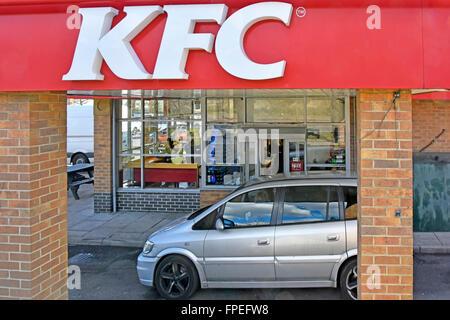 Kentucky Fried Chicken Fastfood Restaurant Fahrt durch Option & Kunden sitzen im Auto bei der Bestellung Zahlungsfenster - Stockfoto