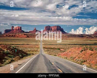 Autobahn, die zum Monument Valley. Utah und Arizona - Stockfoto