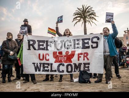 Barcelona, Katalonien, Spanien. 19. März 2016. Aktivisten hinter ihr Banner schreien Parolen am Strand von Barcelona - Stockfoto