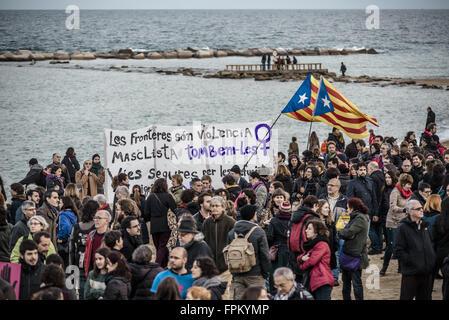 Barcelona, Katalonien, Spanien. 19. März 2016. Aktivisten rufen Parolen hält eine Fahne am Strand von Barcelona - Stockfoto
