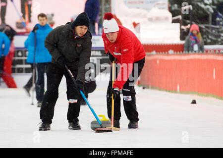 Moskau - 17. Januar 2016: Curlerinnen M. Pfister (L) und S. Gempeler (R) in Aktion während der russischen Curling - Stockfoto