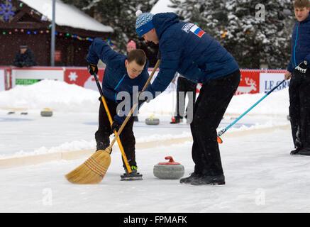 Moskau - 17. Januar 2016: Curlerinnen A. Kirikov (L) und S. Morozov (R) in Aktion während der russischen Curling - Stockfoto