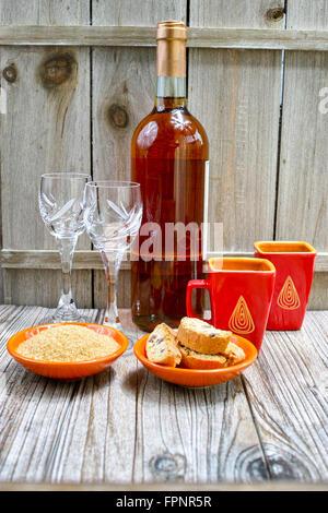 Süßer Likör Dessertwein, zwei Tassen mit Espresso Kaffee und Amandel Cantuccini auf rustikalen hölzernen backgound - Stockfoto