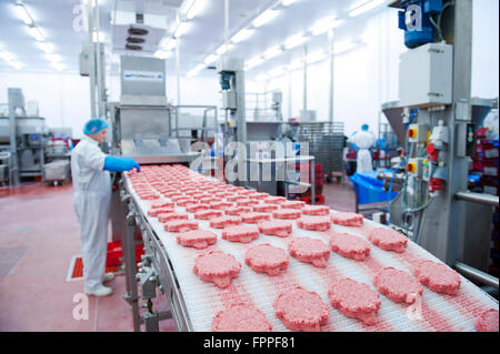 Rindfleisch Burger in der Produktion in ein Fleisch Verarbeitung und Verpackung Pflanze - Stockfoto