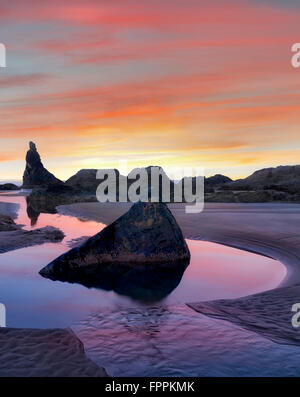 Low Tide Pools und Seastacks Sonnenaufgang widerspiegelt. Bandon Strand. Oregon - Stockfoto