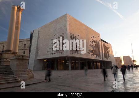 Zwei Spalten mit den zerstörten Opernhauses Kontrast mit die Winkligkeit Parlamentsgebäude und minimalistische Gateway - Stockfoto