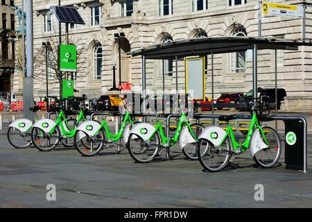 Eine Reihe von Fahrräder im Verleih docking station Links - Stockfoto